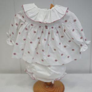 Vestido blanco de lunares rosas